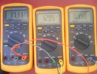 图 5:万用表显示 17.11V 太阳能电池板输出,12.95V 电池充电电压;3.58A 电池充电电流