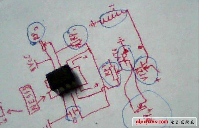 图中心的是NE555(黑色的);每个元件都用蓝色线条圈了一下(不小心圈了线圈),有一个电容,2个三极管,4个可调电阻